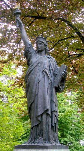 Sculptures dans le jardin du luxembourg autr s th mes - Jardin du luxembourg statue de la liberte ...