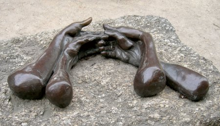 Louise Bourgeois : The Welcomming Hands